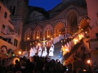la-processione-del-cristo-morto-ad-amalfi-tra-fed-131064