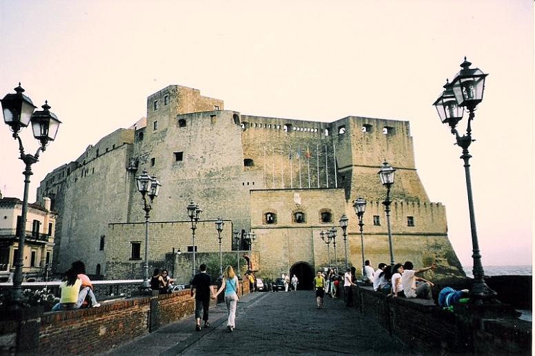 """NÁPOLI - """"Castel dell´Ovo"""" . L´estrany nom d´aquest castell (Castell d´Ou), es remunta al poeta Virgili, que va viure a Nàpols en el segle I aC. Diuen que va llençar un conjurament a un ou màgic, enterrat als fonaments del castell, que mentrestant dit ou no es trenqués, el castell i la ciutat durarien per sempre."""