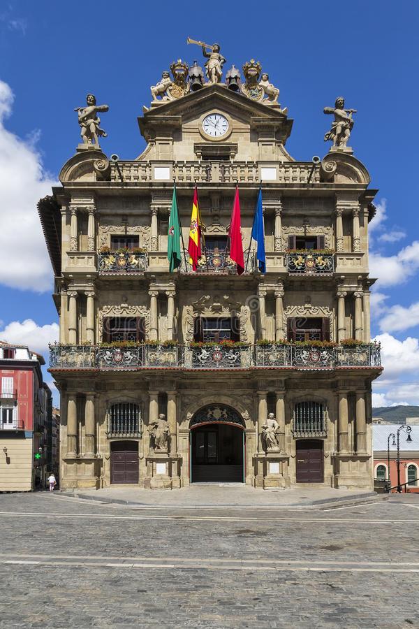 ayuntamiento-de-pamplona-navarra-españa-26310753.jpg