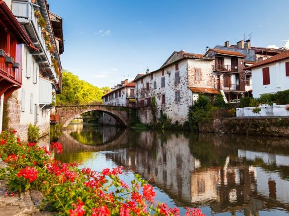 fiume_nive_a_saint_jean_pied_de_port_francia_131262980.jpg